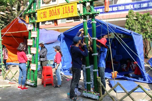 Các chi đoàn Trường THPT Cao Bá Quát dựng cổng trại.