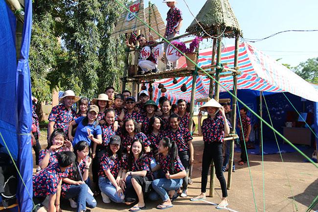 Thầy cô giáo và học sinh Trường THPT Cao Bá Quát hào hứng tham gia Hội trại.